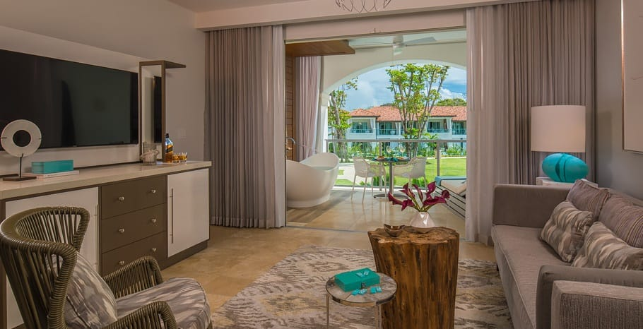 Royal_Seaside_Crystal_Lagoon_One_Bedroom_Oceanview_Butler_Suite_with_Balcony_Tranquility_Soaking_Tub