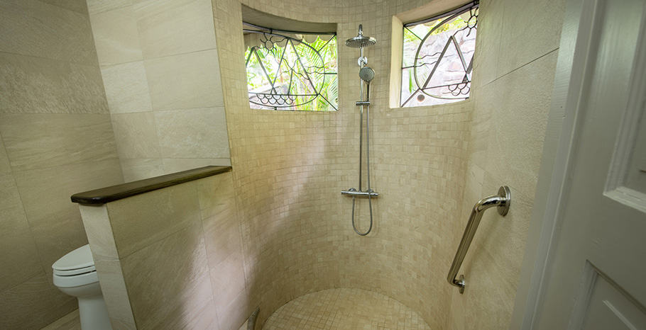 eastwinds-deluxe-cottage-shower