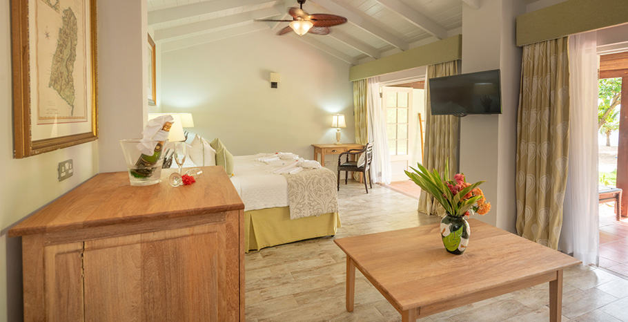 eastwinds-ocean-front-cottage-tv-bed