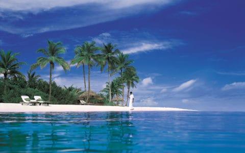 The-Sun-Siyam-Iru-Fushi-Waiter-Beach2